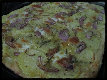 Pizza con patate e cipolla rossa di Tropea - foto A. Di Costanzo