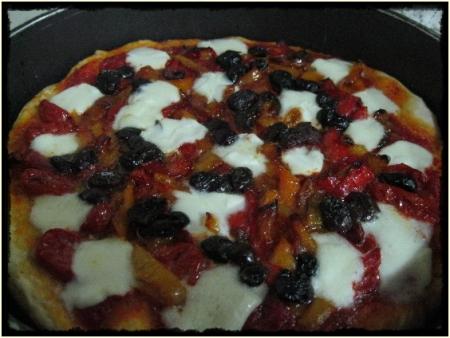 Pizza con peperoni gialli e rossi, mozzarella, olive nere - foto A. Di Costanzo