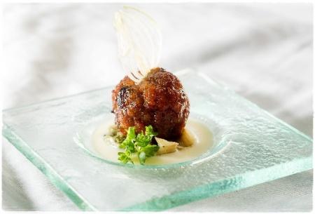 Polpetta fritta di Agnello con Uvetta, Scarola e Pinoli su crema di Cipollotto Nocerino